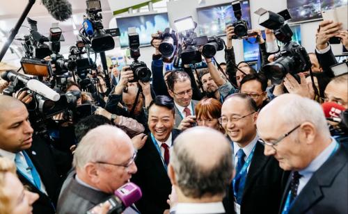 (Des journalistes au travail pendant la COP 21. Le Bourget. 2015. Photo Pierre MOREL)